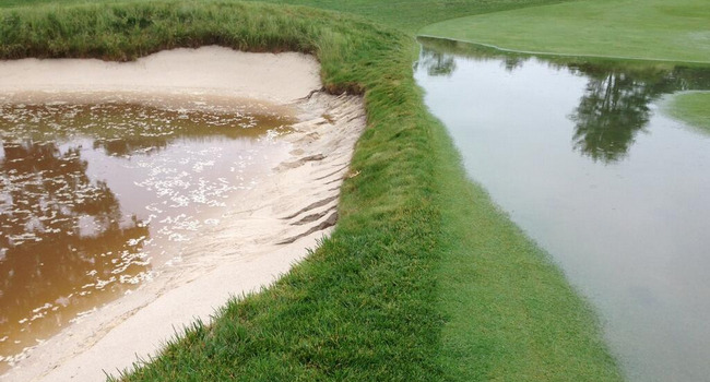 Bunkers y greens inundados en Merion Golf Club