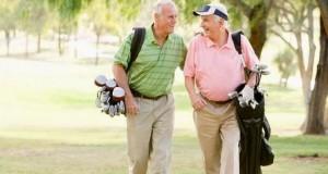 Mayores jugando al golf